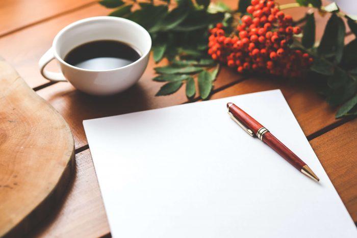 Koffiekopje, leeg vel papier, en een pen. Alles wat je nodig hebt voor een functioneringsgesprek met jezelf.