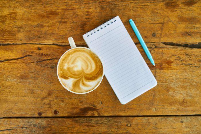 Pen en papier, en eventueel koffie, is genoeg om je lijstje bij te houden.
