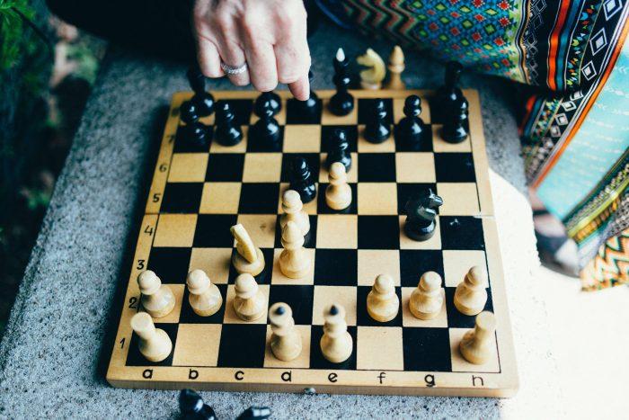 """Ken je het verhaal van de bedenker van het schaakspel nog? Hij wilde als beloning één graan-korrel voor het eerste vakje, twee voor het tweede vakje etc. Of dit nu echt waar is of niet maakt eigenlijk niet echt uit, maar omdat je steeds """"bouwt"""" op het vorige vakje kom je uiteindelijk uit op 18.446.744.073.709.551.615 (ten minste, als mijn snelle hoofdrekenen klopt hoor… 😉) . Dat is veel meer dan je waarschijnlijk zou denken als je gewoon die 64 vakjes op het bord ziet."""