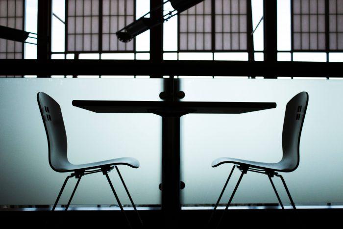 Twee lege stoelen, zoals je zou kunnen gebruiken in een functioneringsgesprek met jezelf